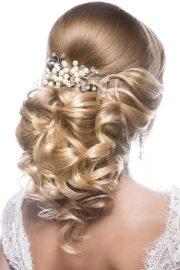 Brautfrisur mit Haarchmuck in Hof